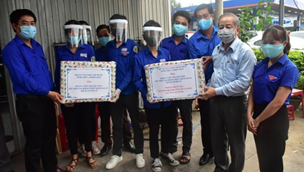 Chủ tịch UBND tỉnh Thừa Thiên Huế Phan Ngọc Thọ  tặng quà lực lượng đoàn viên đang tham gia các hoạt động tình nguyện tại các chốt kiểm soát dịch Covid-19.