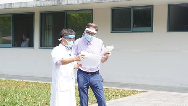 Bệnh nhân thứ 49 (bên phải) được công bố khỏi bệnh sau hai lần xét nghiệm đều cho kết quả âm tính với Covid-19