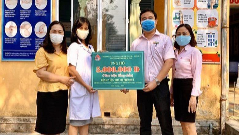 Đại diện Công đoàn Hội sở NHCSXH tỉnh TT- Huế trao số tiền ủng hộ phòng chống dịch Covid-19 cho Bệnh viện thành phố Huế.