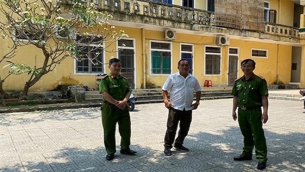 Đại tá Lê Văn Vũ, Phó Giám đốc Công an tỉnh TT- Huế kiểm tra tại Công an thị xã Hương Trà