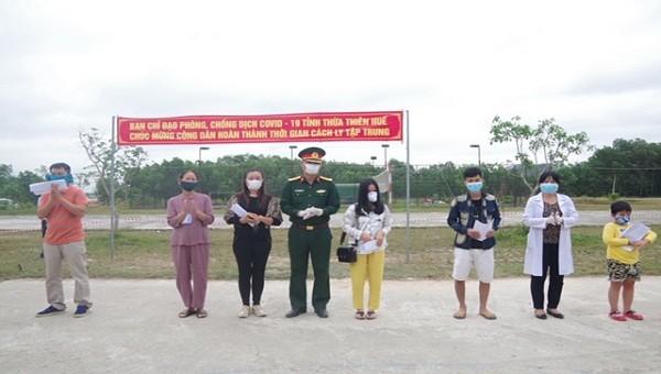 Các công dân được trao giấy chứng nhận hoàn thành thời gian cách ly.