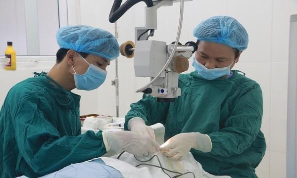 Các bác sĩ bệnh viện Mắt Huế phẫu thuật lấy kim khâu ra ngoài cho chị N.T.H. Ảnh: Bệnh viện mắt Huế (TP Huế)