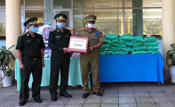 Hỗ trợ vật tư y tế và nhu yếu phẩm cho Lào chống dịch COVID-19