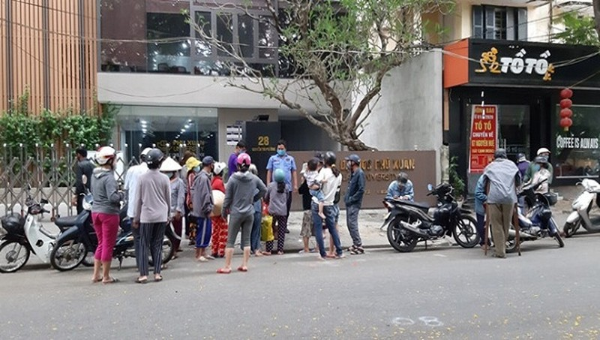 """Một """"ATM gạo"""" từng hoạt động nhưng do người dân đến quá đông không đảm bảo được công tác phòng, tránh dịch nên tạm hoãn lại. Ảnh: B. Long)"""