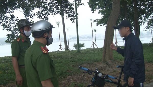 Một trường hợp không đeo khẩu trang khi tập thể dục tại Công viên Phú Xuân (TP Huế)