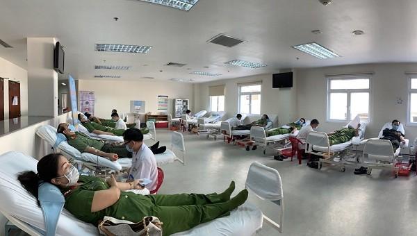 Gần 500 cán bộ, chiến sĩ Công an Thừa Thiên Huế tham gia hiến máu