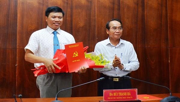 Phó Bí thư Thường trực Tỉnh ủy tỉnh TT- Huế Bùi Thanh Hà trao quyết định và chúc mừng ông Phan Xuân Toàn.