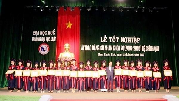 Trường Đại học Luật (Đại học Huế) trao bằng cho hơn 600 tân cử nhân