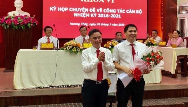 Ông Nguyễn Thanh Minh (bên phải) giữ chức vụ Chủ tịch UBND thị xã Hương Thủy (tỉnh TT- Huế) nhiệm kỳ 2016-2021.