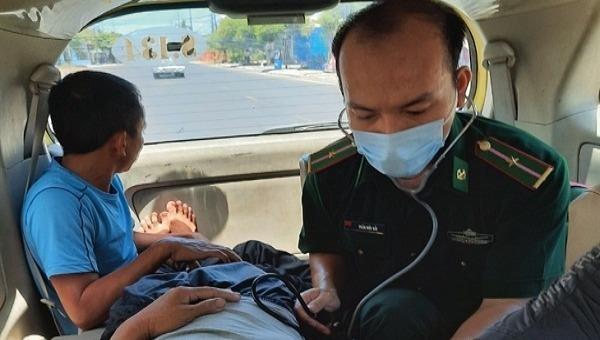 Lực lượng quân y Đồn Biên phòng cửa khẩu cảng Thuận An cấp cứu cho thuyền viên bị tai biến (ảnh  Ng. Bình)