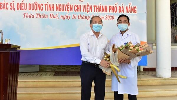 Chủ tịch UBND tỉnh TT-Huế Phan Ngọc Thọ tặng hoa cho đoàn công tác do BSCKI. Phan Văn Quý làm Trưởng đoàn