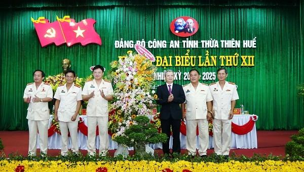 Đồng chí Lê Trường Lưu, Ủy viên Ban chấp hành Trung ương Đảng, Bí thư Tỉnh ủy, Chủ tịch HĐND tỉnh tặng hoa chúc mừng Đại hội Đảng bộ Công an tỉnh Thừa Thiên - Huế nhiệm kỳ 2020-2025.