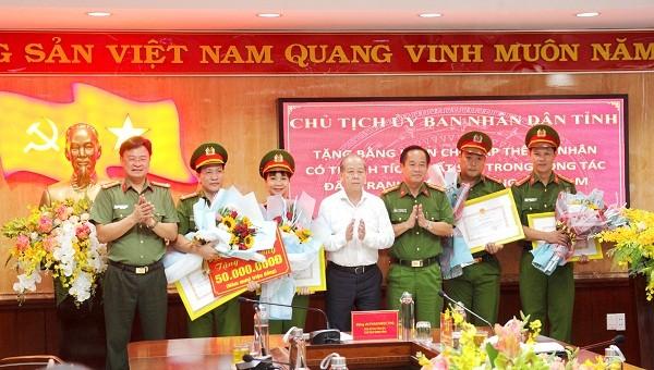 Chủ tịch UBND tỉnh Phan Ngọc Thọ biểu dương và khen thưởng các cá nhân, tập thể phá thành công chuyên án 119D