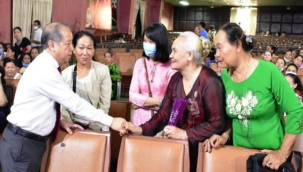 Chủ tịch UBND tỉnh TT- Huế  Phan Ngọc Thọ gặp mặt tiểu thương chợ Đông Ba để nắm bắt tâm tư nguyện vọng của bà con.