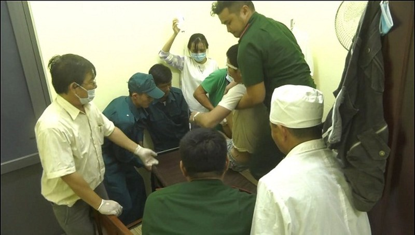 Lực lượng chức tiến hành sơ cứu cho các nạn nhân