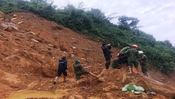 Lực lượng cứu hộ cứu nạn đặt mìn phá đá thông đường 71