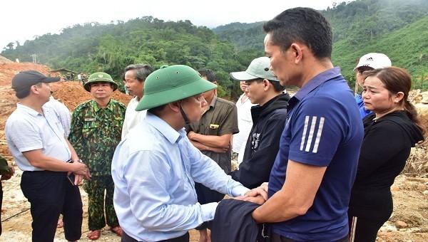 Lãnh đạo tỉnh TT- Huế động viên người thân các nạn nhân mất tích.