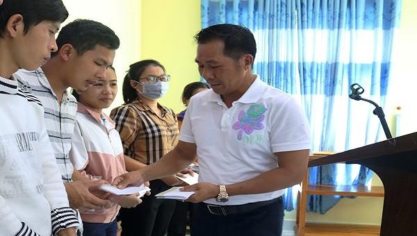 Ông Hồ Thìn- Phó Tổng Giám đốc Công ty HDTC chia sẻ khó khăn với các đoàn viên, công nhân lao động tại các công ty trên địa bàn huyện Phong Điền, tỉnh Thừa Thiên Huế.