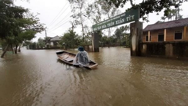 Mưa lớn khiến nhiều vùng trên địa bàn xã Quảng Phú, huyện Quảng Điền, tỉnh TT- Huế bị ngập sâu (ảnh A. Khoa)