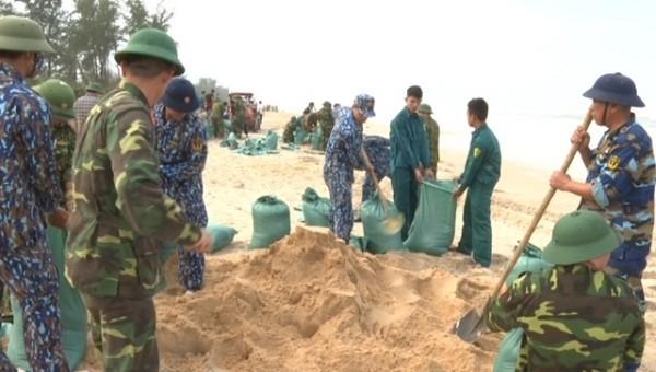 Các lực lượng chức năng giúp dân gia cố nhiều đoạn đê, kè, bờ biển bị xâm thực và hư hại.