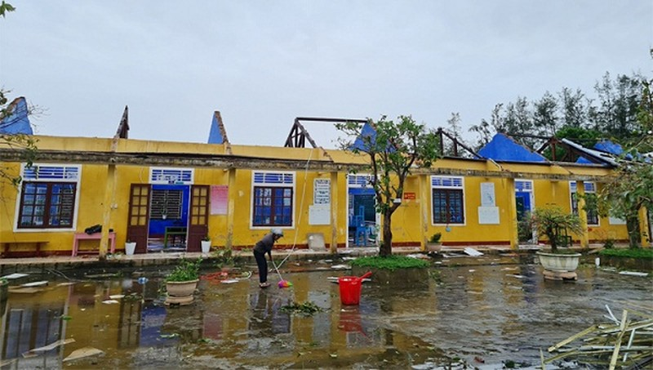 Trường tiểu học Phú Thuận bị tốc mái sau bão số 13