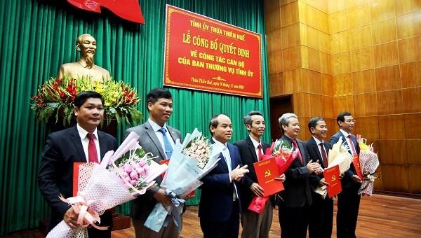 Lãnh đạo Tỉnh ủy tỉnh TT- Huế trao các quyết định và tặng hoa chúc mừng các cán bộ được phân công, bổ nhiệm