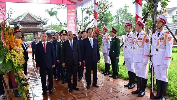 Thủ tướng Chính phủ Nguyễn Xuân Phúc cùng các lãnh đạo, nguyên lãnh đạo Đảng Nhà nước dâng hương tưởng niệm Chủ tịch nước Lê Đức Anh.
