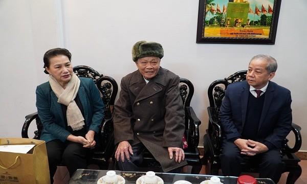 Chủ tịch Quốc hội thăm, tặng quà gia đình chính sách tại Thừa Thiên Huế