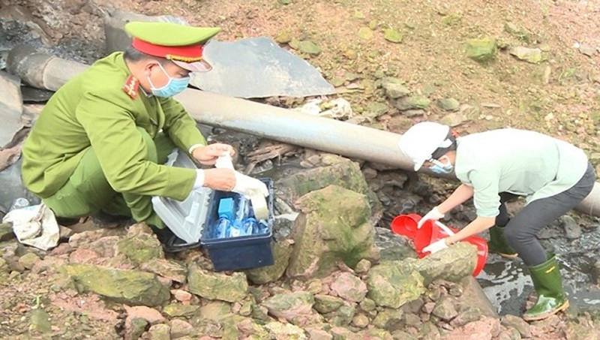Cơ quan Công an lấy mẫu nước thải của Công ty Trí Dũng để kiểm tra.