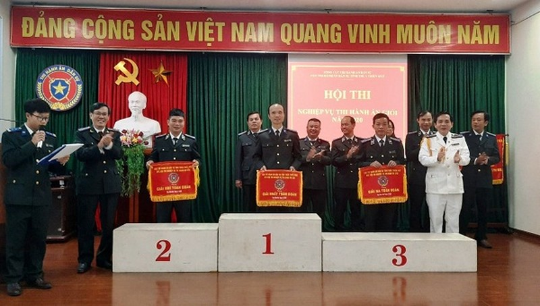 Ban giám khảo trao các giải Nhất, Nhì, Ba cho các đội thi hoàn thành xuất sắc các phần thi