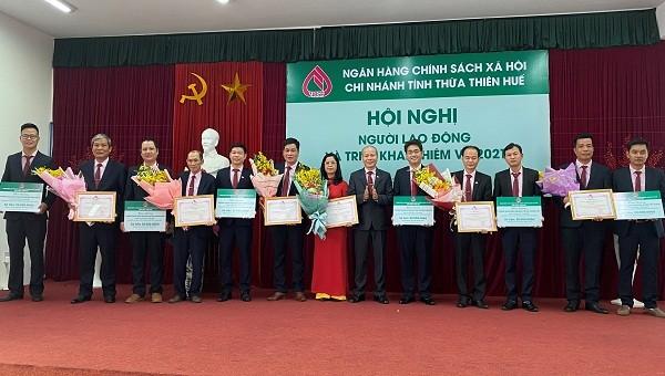 Ông Trương Công Lân - Giám đốc Chi nhánh NHCSXH tỉnh Thừa Thiên Huế trao thưởng cho các tập thể có thành tích xuất sắc năm 2020