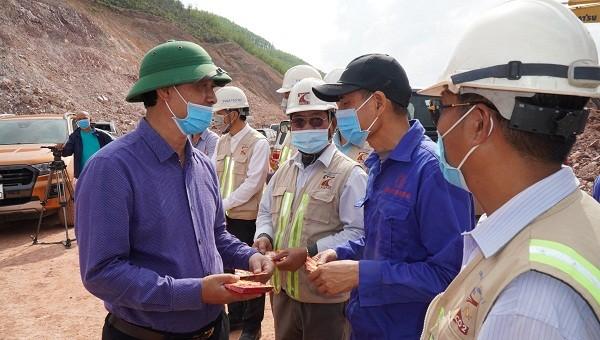 Thứ trưởng Bộ Giao thông vận tải Lê Đình Thọ chúc Tết các công nhân thi công tại dự án cáo tốc Cam Lộ- La Sơn.