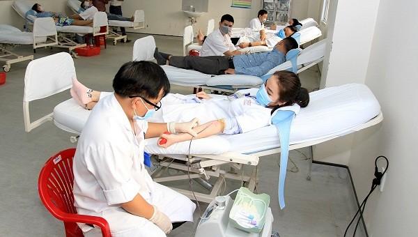 Cán bộ, nhân viên bệnh viện Trung ương Huế hiến máu và tiểu cầu tại Trung tâm Huyết học và Truyền máu