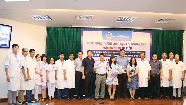 Các y, bác sỹ bệnh viện Trung ương Huế chúc mừng bệnh nhân Ngô Hoàng Ny ra viện.