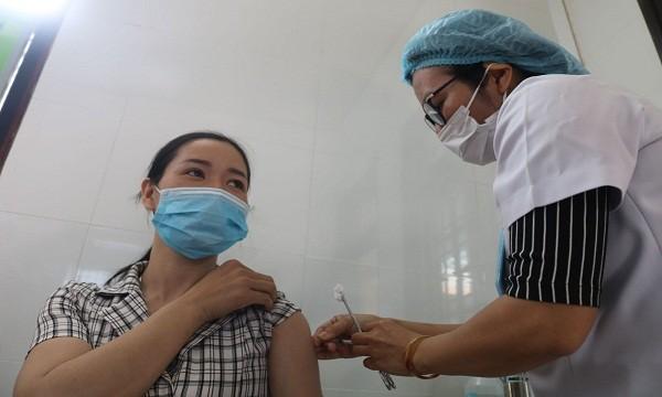 Nữ nhân viên y tế tiêm chủng vắc xin phòng COVID-19 đầu tiên tại Trung tâm Kiểm soát bệnh tật tỉnh Thừa Thiên - Huế (ảnh Thu Thủy)