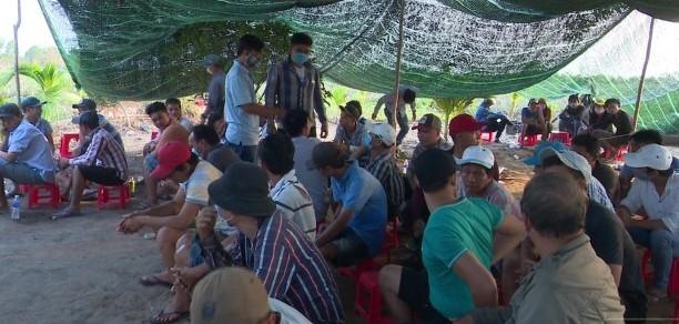 Các đối tượng bị tạm giữ tại hiện trường triệt phá trường gà xã Thạnh Tân, huyện Tân Phước