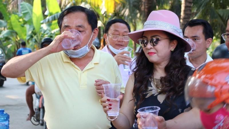 Ông Huỳnh Uy Dũng(Dũng Lò Vôi) cùng vợ là CEO Nguyễn Phương Hằng uống thử trực tiếp nước sạch sau khi đã qua hệ thống lọc RO