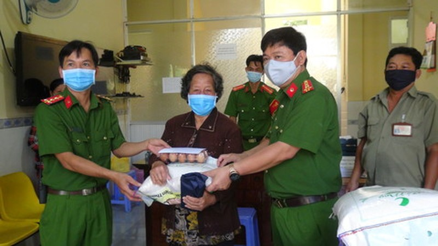 Công an Đồng Tháp trao hàng nghìn phần quà cho người nghèo, người bán vé số