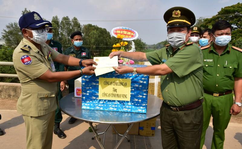 Công an tỉnh Long An trao tặng dụng cụ y tế và quà tết cho Công an Prey Veng (Campuchia)