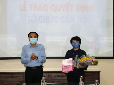 Ông Nguyễn Văn Dương- Chủ tịch UBND tỉnh trao quyết định cho bà Nguyễn thị Minh Tuyết.