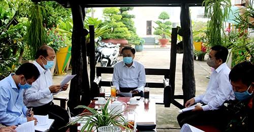 Chủ tịch UBND tỉnh Đồng Tháp Nguyễn Văn Dương chỉ trì cuộc họp triển khai các biện pháp cấp bách phòng, chống Covid-19 ngày 16/4. Ảnh: Văn Khương