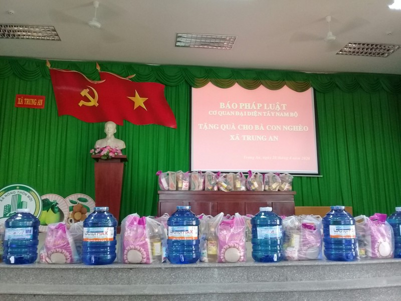 Những phần quà hỗ trợ sẵn sàng để trao đến tay những hộ khó khăn trên địa bàn xã Trung An (TP Mỹ Thơ, tỉnh Tiền Giang).