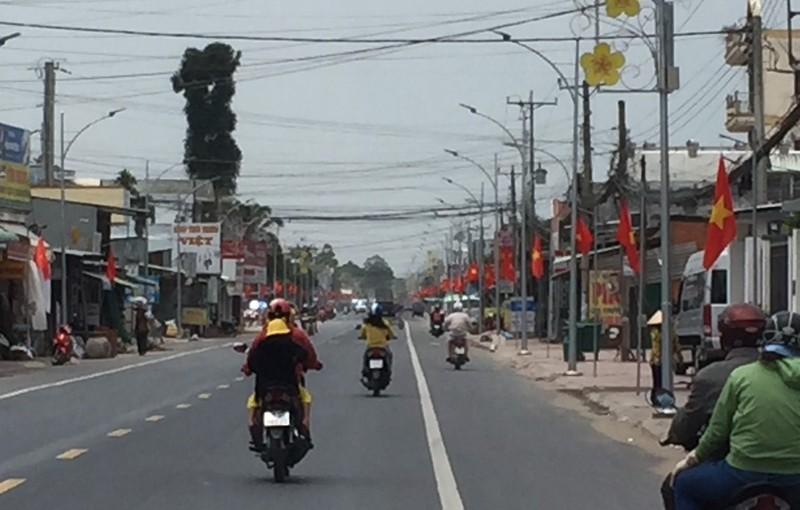 Cờ Tổ quốc tràn ngập sắc đỏ trên các tuyến đường
