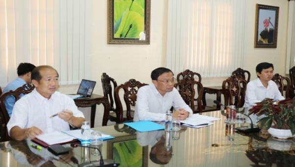Ông Nguyễn Văn Dương- Chủ tịch UBND tỉnh nghe báo cáo tiến độ triển khai Cầu truyền hình. Ảnh: dongthap.gov.vn