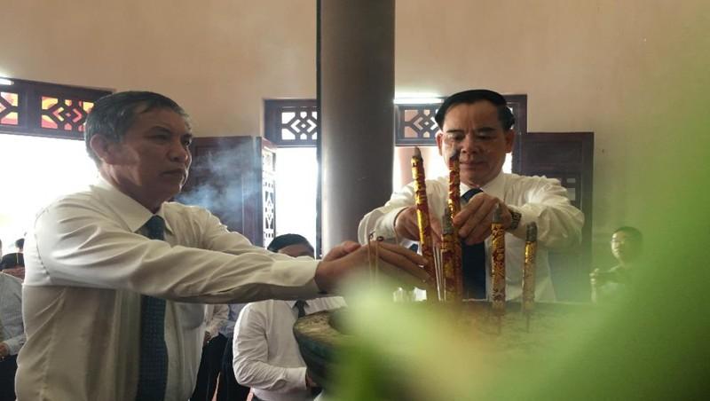 Dâng hương tưởng niệm nhà thơ Nguyễn Đình Chiểu.