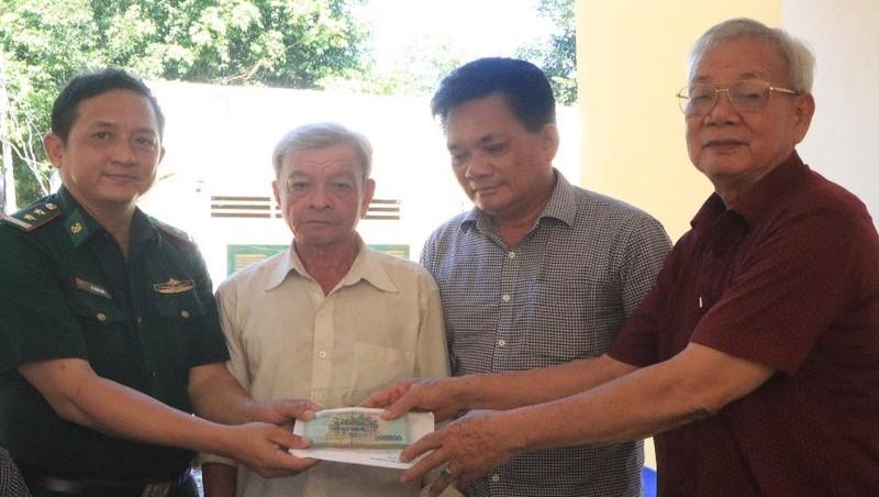 Ban Liên lạc truyền thống BĐBP tại TP HCM trao tiền xây nhà nghĩa tình đồng đội