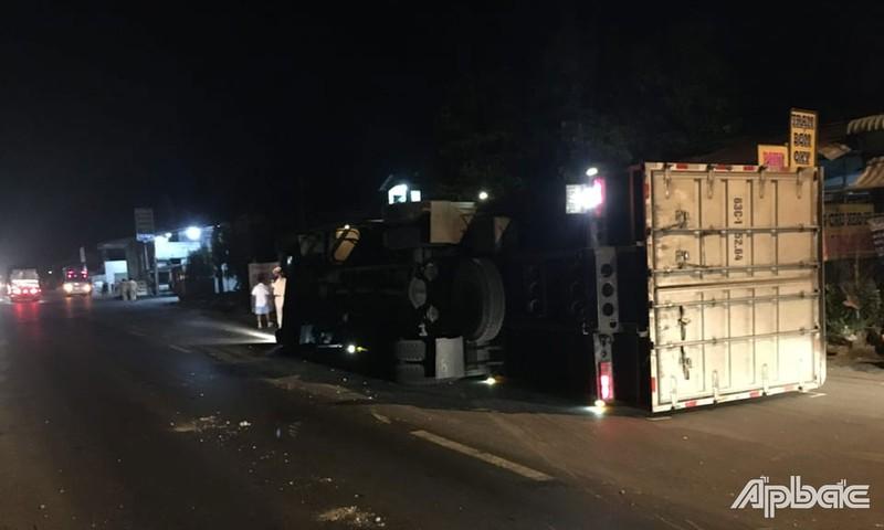 Ô tô tải tông vào dãy phân cách, lật giữa đường