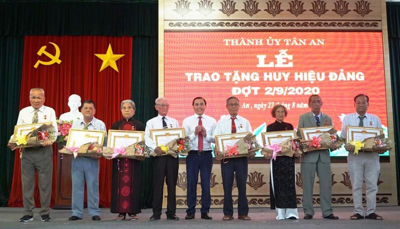 Bí thư Thành ủy Tân An - Lê Công Đỉnh trao Huy hiệu cho các đảng viên 55 tuổi Đảng. Ảnh Baolongan