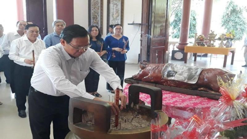 Bí thư tỉnh ủy Phan Văn Mãi thắp hương tại đền thờ nữ tướng Nguyễn Thị Định. Ảnh: Hữu Hiệp
