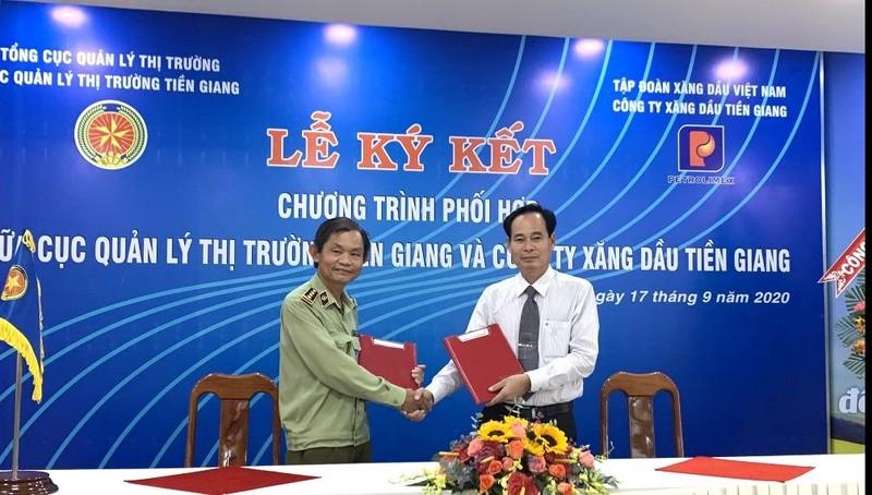 Đại diện lãnh đạo Cục  QLTT Tiền Giang và Petrolimex Tiền Giang ký Chương trình phối hợp.